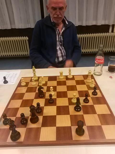 Wit: Kg1,Da2, Td1, Lc1, Lf3, pi a3, c5, e4, f2, g2, h2; Zwart: Kg8, Df7, Tc8, Lc6, Pf4, pi a4, b5, e5, f6, g7, h7