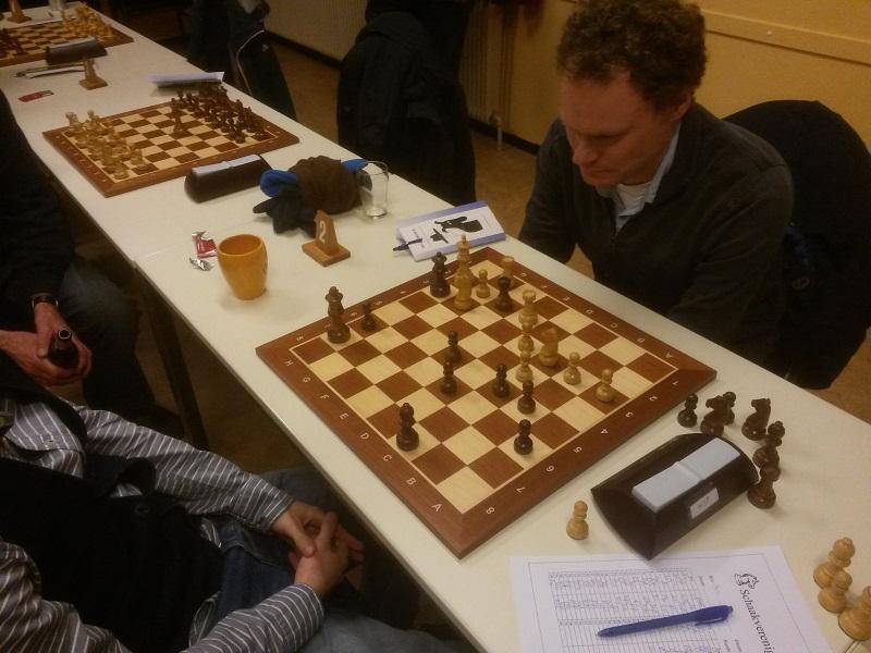 Wit: Kh2, Te2, Tg1, Pc3, Pg3, pi a3, b3, c4, d3, g2; Zwart: Kh7, Dh3, Tf2, Lc8, pi a6, b5, c5, d6, e5, h6