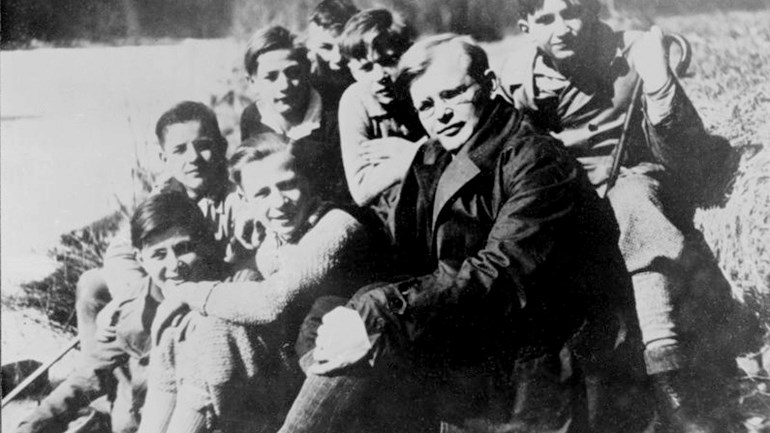 Bonhoeffer-met-leerlingen-beeld-Bundesarchiv-via-Wikimedia-Commons.jpg